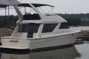 2000 Bayliner 3988 FRESHWATER since new. Cummins 380 hours- Boat House kept ..2 staterooms/2 heads